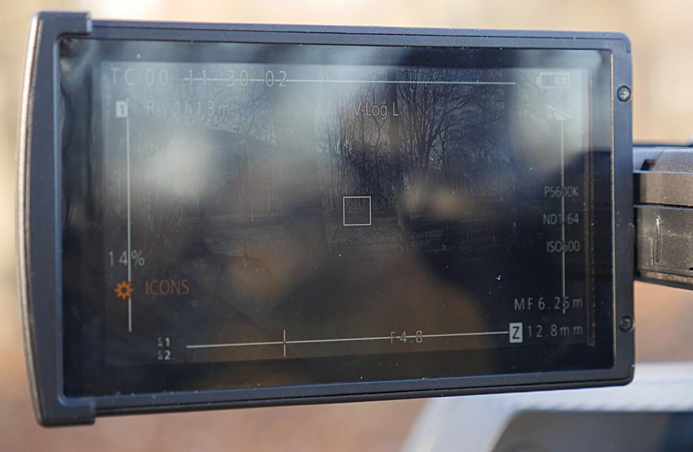 B_1215_Pana_DVX200_CH_Display_Spiegelung
