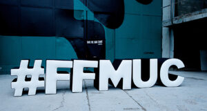 Filmfest München 2021, Sugarmountain, Hashtag-Schild